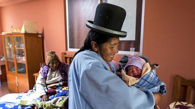 Contra la mortalidad materna, bombín y bata blanca